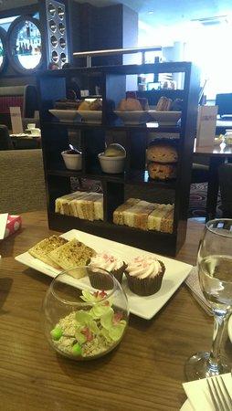 DoubleTree by Hilton Hotel London - Victoria : champagne cream tea!