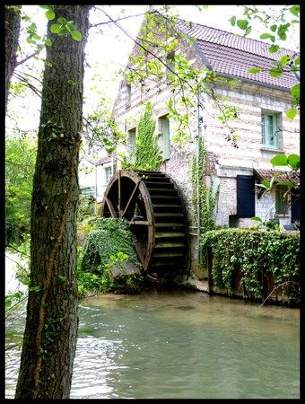 Le Moulin de Mombreux : grounds and buildings