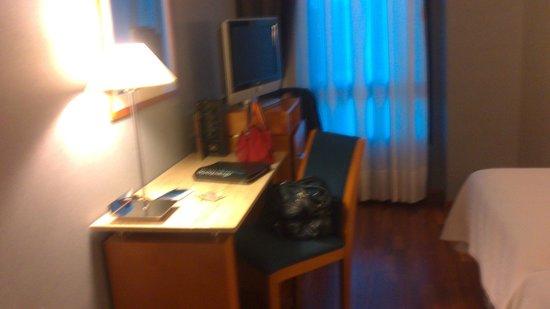 NH Ciudad de Cuenca: escritorio del dormitorio