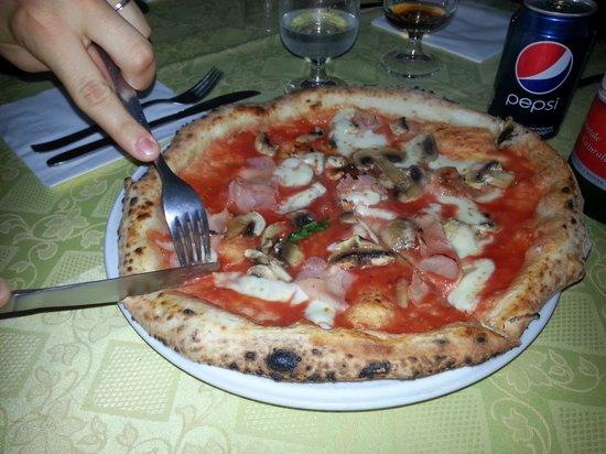 Peppe a'Quaglia: pizza rossa con funghi e prosciutto