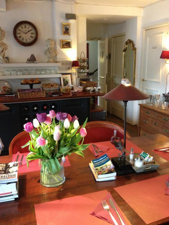 Amsterdam House Hotel : fresh flowers at breakfast