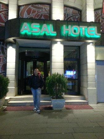 Asal Hotel Ankara: Отель находится на оживленной улице