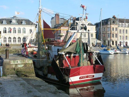 Le Vieux Bassin : vieux chalutier sur le port...