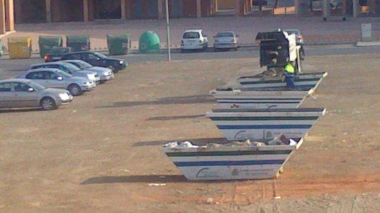 NH Campo Cartagena: contenedores de basura y camión del ayuntamiento