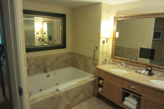 Trump International Hotel Las Vegas: Bathroom in standard suite