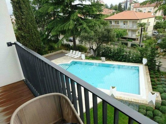 Hotel Arupinum: Pool at the front, with a street behind the hedge.