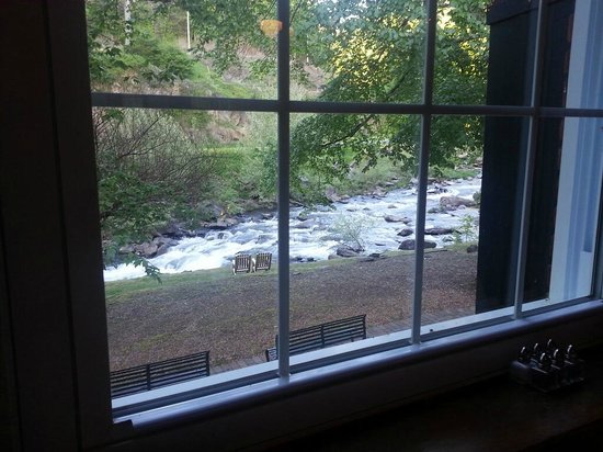 Historic Tapoco Lodge Resort: View of the river through window of Jasper's Restaurant