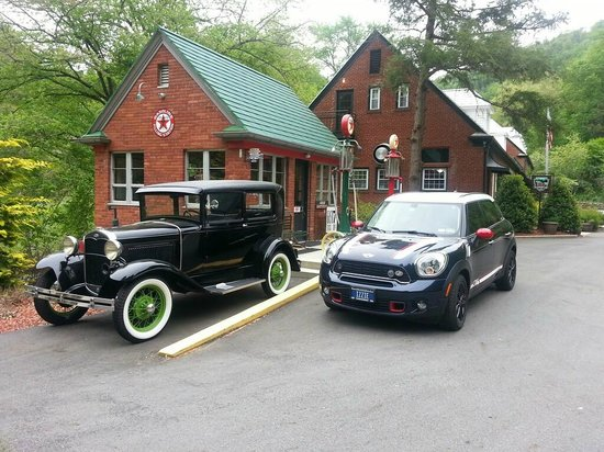 Historic Tapoco Lodge Resort: Entry driveway leading by classis gas station to the lodge