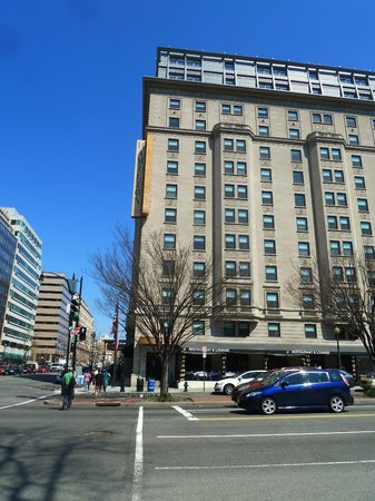 Hamilton Crowne Plaza Hotel : View of the hotel from 14th Street