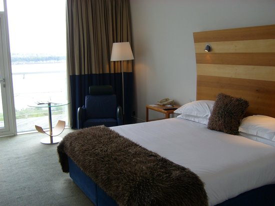 The St. David's Hotel: Bed with single comfy chair