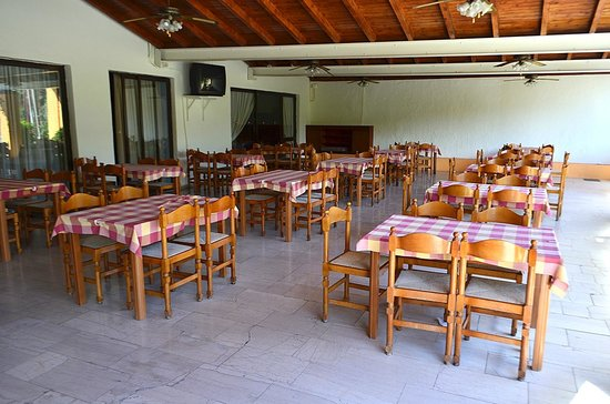 Popi Star: Opposite the bar is the dining area which catches the morning sun
