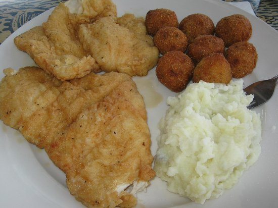 Steamers Clam Bar & Grill: Fried chicken dinner with mashed potatoes and hush puppies