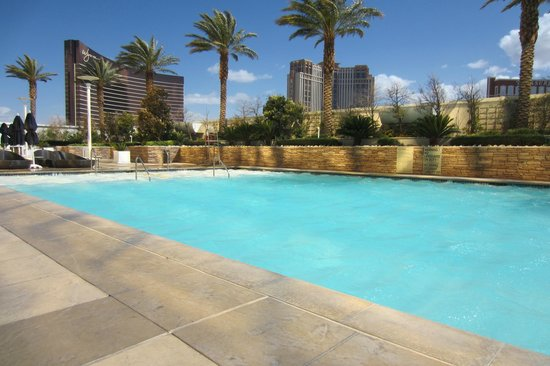 Trump International Hotel Las Vegas: Windy day at the pooldeck