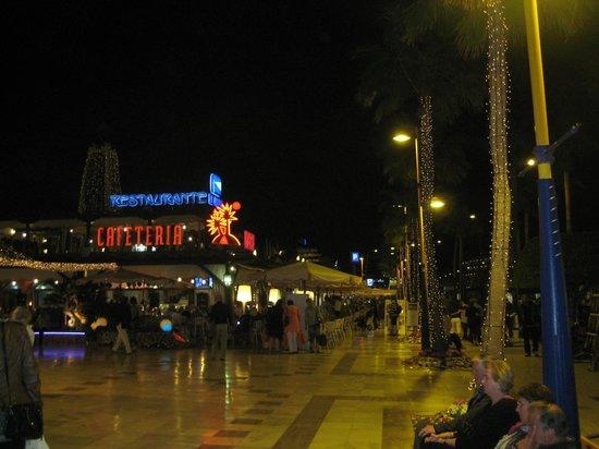 Fuente de luz y música: вечером на улице Тенерифе
