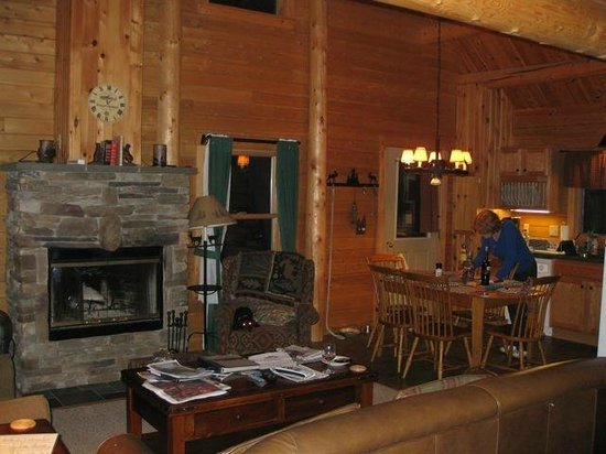Rangeley Lake Resort, a Festiva Resort: Spacious yet rustic common area in cabin