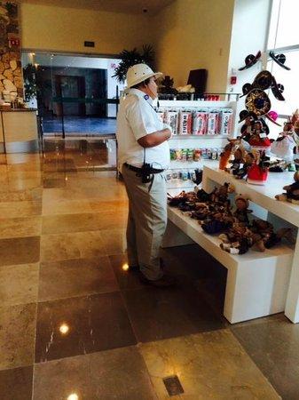 The Grand Mayan Riviera Maya: Solo observando la remodelacion
