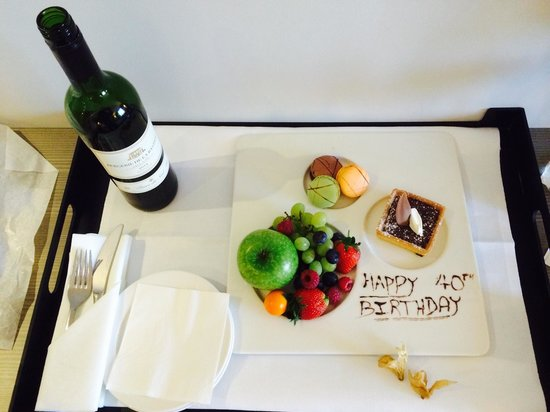 Pullman London St Pancras Hotel: Free fruit and tart - nice touch