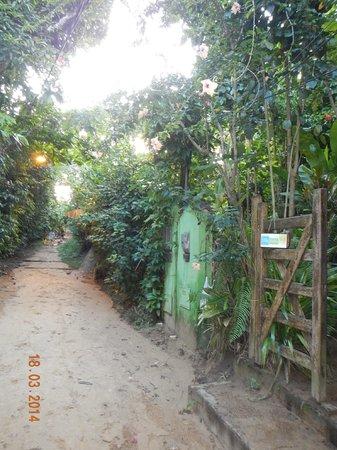 Villa-Bahia Apartments: Rua para praia Porto de Cima\Entrada da Pousada