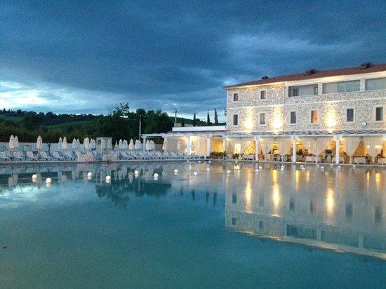 Terme di Saturnia Spa & Golf Resort: esterno Hotel & sorgente naturale