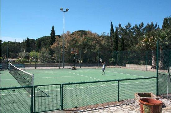 Oliveraie De Paul: Tennis et panier basket
