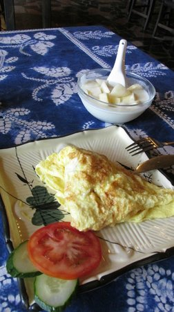 Yangshuo Mountain Retreat : Delicious breakfast - eggs and yogurt with fruit