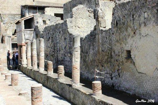 Ruins of Herculaneum : Colonnato e piano superiore di una casa