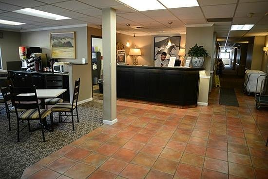 Riversage Billings Inn: Our Front Desk & Dining Area