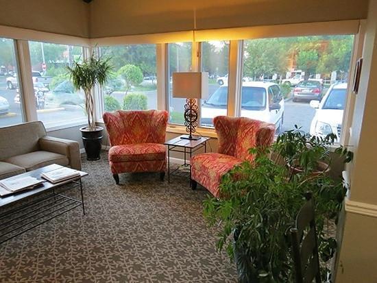 Riversage Billings Inn: Relax in our lobby.