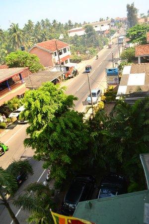 Hikkaduwa Beach Hotel: the road near the hotel