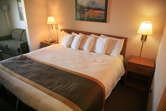 New Victorian Suites Lincoln: King Bed
