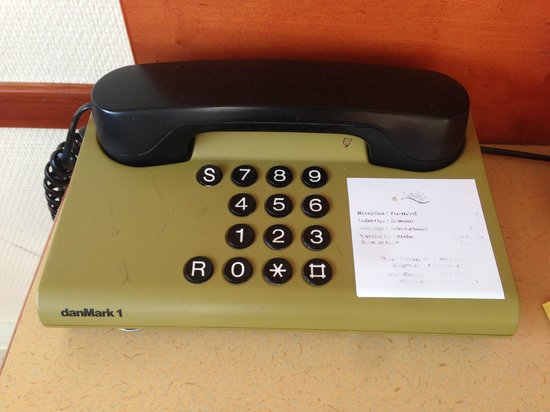 Scandic Hvidovre: 1990's Phone With Unreadable Instructions