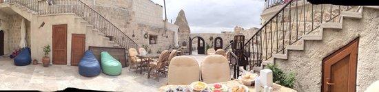 Chelebi Cave House : La recepción del hotel cueva  Podes desayunar allí afuera o sino dentro de la cueva maravillosam