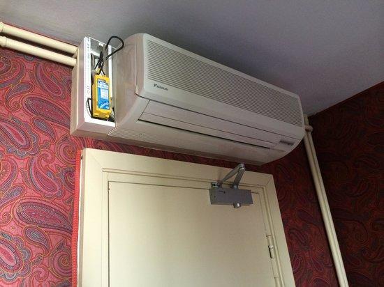 Hotel George Sand : Climatisation au dessus de la porte d'entrée