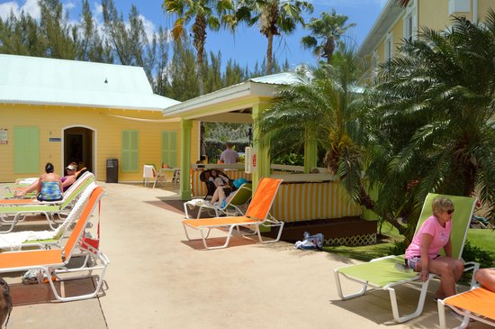 Sunshine Suites Resort : cozy cabana by the pool