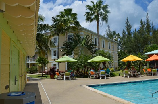 Sunshine Suites Resort : pool area and outdoor dining