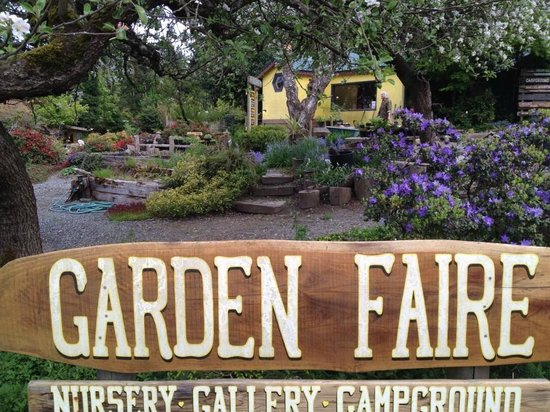Garden Faire Campground: Reception with it's beautiful garden