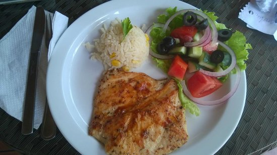 Kal Nawi Hotel: Lunch - delicious grilled chicken, rice and fresh vegetables