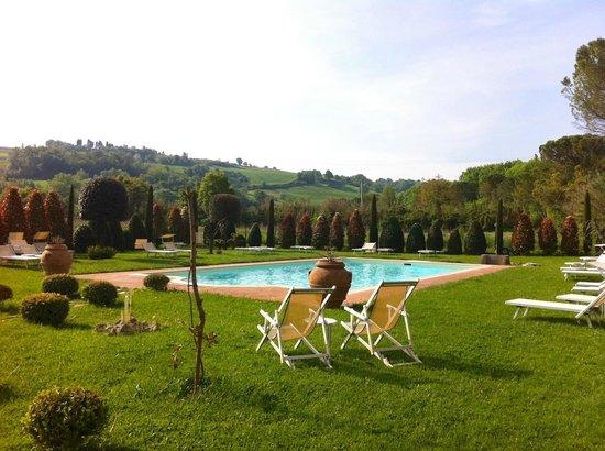 Molino di Foci: piscina e giardino