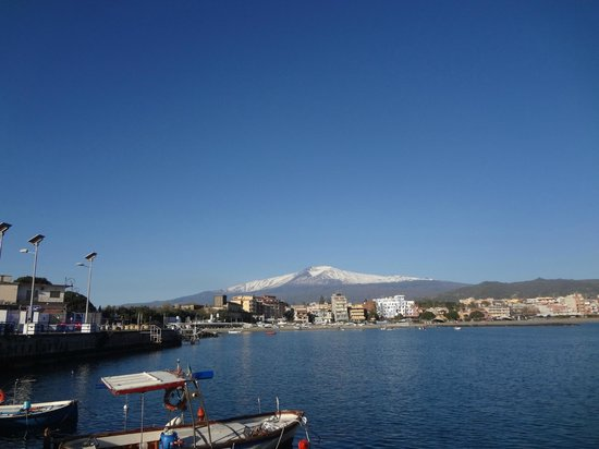 Hotel Sabbie d'Oro: Views of Mount Etna from the hotel