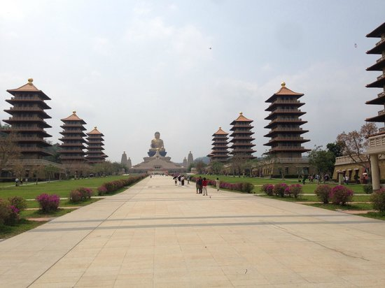 Fo Guang Shan Buddha Museum : pagoda-lined pathway to the giant gold Buddha