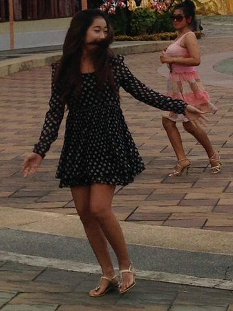 ALANGKARN: 広場で踊っています