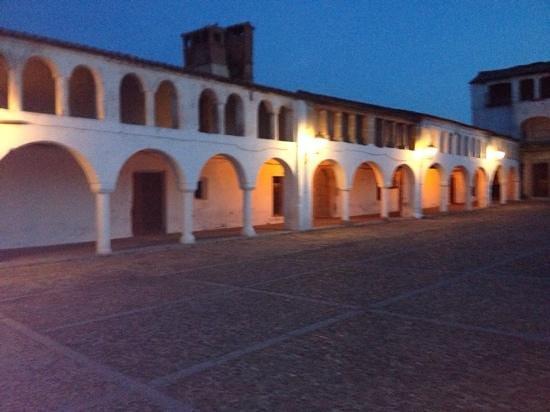 Hospederia Puente de Alconetar: The village square