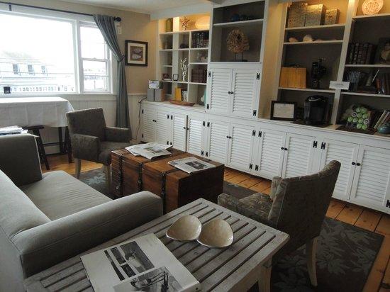 Woods Hole Inn: Kitchen/Dining
