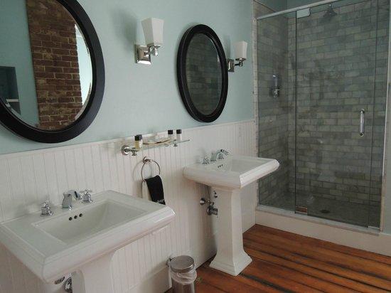 Woods Hole Inn: Bathroom