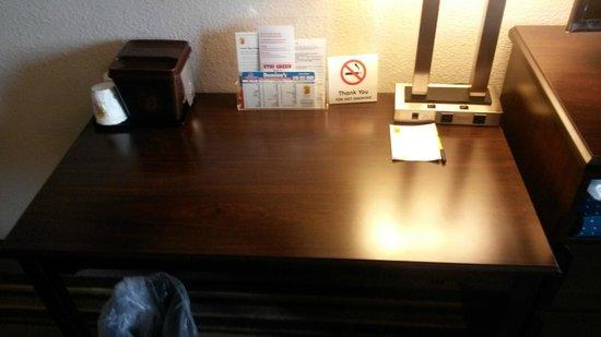 Super 8 Waynesboro : New Desk