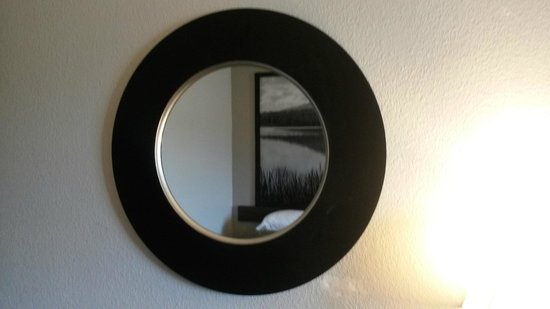 Super 8 Waynesboro : Brand New Mirror