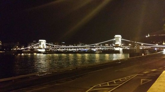 Boutique Hotel Victoria Budapest : View on the chain bridge (szechenyi lanchid)