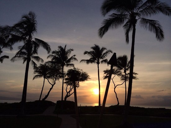 The Westin Kaanapali Ocean Resort Villas : Sunset in front of the pool at the north building.