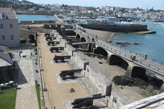 Castle Cornet: Row of cannons on ramparts