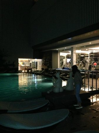 Hilton Sukhumvit Bangkok: Pool at night